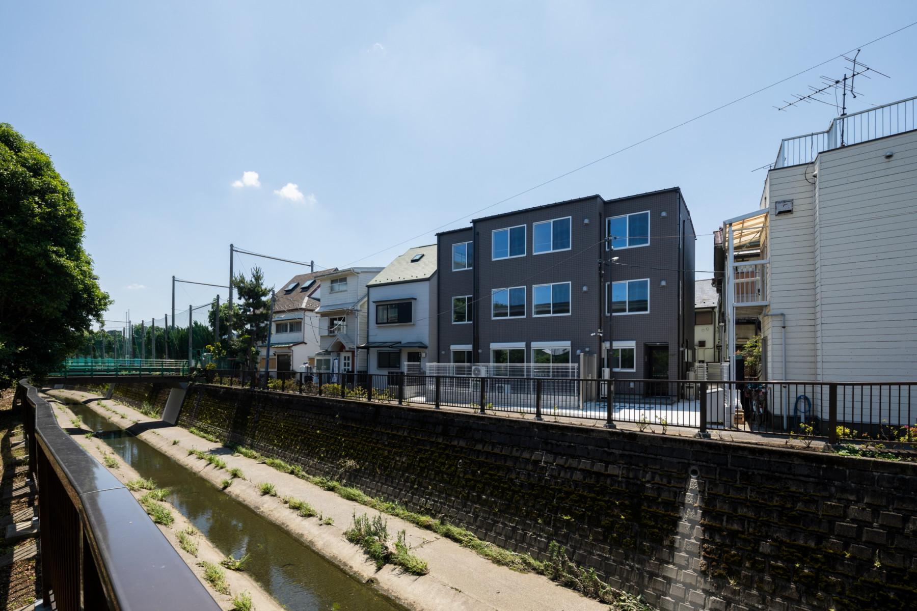 中野区の川沿いに建つアパートメント イメージ